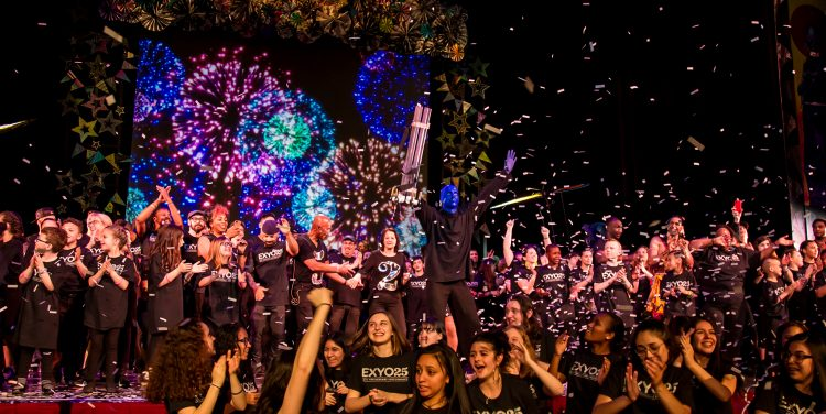 Grand finale of EXYO25, including confetti and images of fireworks.